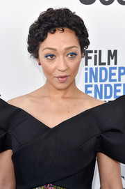 Ruth Negga stuck to her usual short curls when she attended the 2017 Film Independent Spirit Awards.