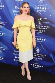 Anna Chlumsky paired her dress with gray triple-strap heels.