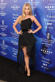 Elsa Hosk looked fierce in a strapless black Romona Keveza dress with an angular neckline and a high-low hem at the 2017 Fragrance Foundation Awards.