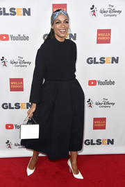 Rosario Dawson punctuated her dark outfit with white accessories, including a pair of laser-cut pumps.