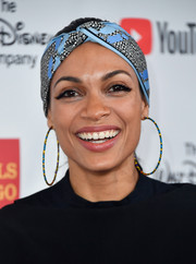 Rosario Dawson sealed off her look with a pair of blue and yellow hoop earrings.