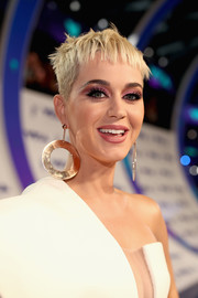 Katy Perry brightened up her beauty look with a swipe of pink eyeshadow.
