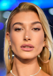 Hailey Baldwin sported a sexy pink pout at the 2017 MTV VMAs.