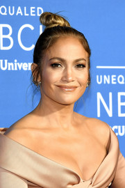 Jennifer Lopez kept it youthful with this top knot at the 2017 NBCUniversal Upfront.