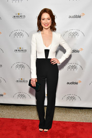 Ellie Kemper finished off her look with a dark green box clutch.