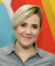 Hannah Hart attended the 2017 Streamy Awards wearing an edgy-chic short side-parted 'do.