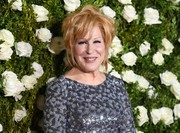 Bette Midler attended the 2017 Tony Awards rocking a messy cut.