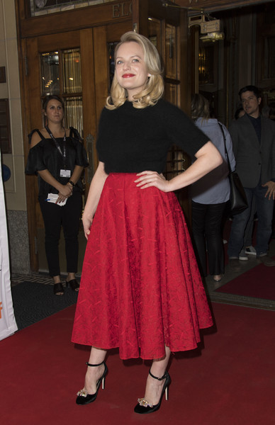 Elisabeth Moss pulled her perfectly coordinated look together with a pair of embellished velvet pumps by Chloe Gosselin.