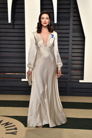 Caitriona Balfe channeled Old Hollywood in a long-sleeve, V-neck ivory silk gown by Alberta Ferretti at the Vanity Fair Oscar party.
