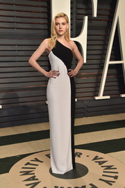 Nicola Peltz went minimalist in a black-and-white one-shoulder column dress by Stella McCartney at the Vanity Fair Oscar party.