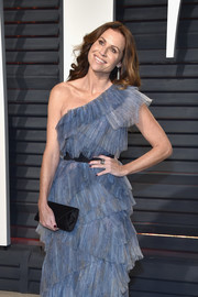 Minnie Driver paired a black satin envelope clutch with a blue one-shoulder dress for the Vanity Fair Oscar party.