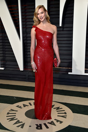 Karlie Kloss looked simply sensational in a figure-hugging red one-shoulder gown by Naeem Khan at the Vanity Fair Oscar party.
