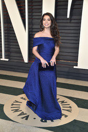 Auli'i Cravalho complemented her dress with a velvet clutch in a deeper shade of blue.