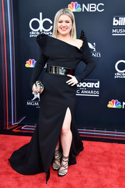 Kelly Clarkson tied her look together with a beaded clutch.