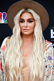 Kesha was boho-glam with her long center-parted waves at the 2018 Billboard Music Awards.