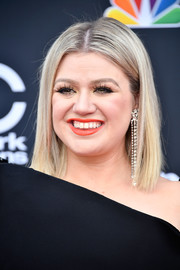 Kelly Clarkson opted for a simple straight cut when she attended the 2018 Billboard Music Awards.