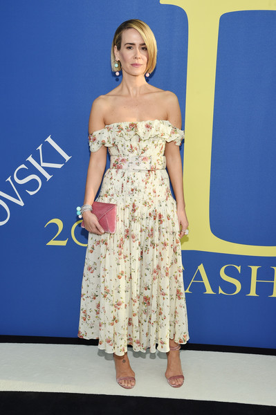 Sarah Paulson finished off her well-coordinated look with a pink envelope clutch by Tyler Ellis.