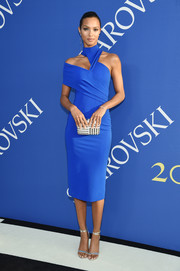Lais Ribeiro topped off her ensemble with a silver striped clutch.