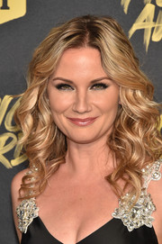 Jennifer Nettles attended the 2018 CMT Music Awards wearing her hair in lush curls.