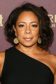 Selenis Leyva wore her hair in a curled-out bob at the 2018 Entertainment Weekly pre-Emmy party.