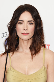 Abigail Spencer was all about boho elegance with her perfectly styled waves at the 2018 Film Independent Spirit Awards.