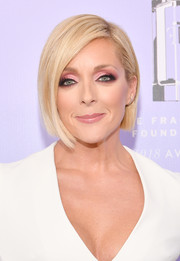 Jane Krakowski looked modern and elegant with her asymmetrical bob at the 2018 Fragrance Foundation Awards.