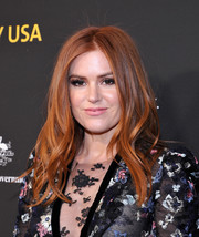 Isla Fisher looked lovely with her face-framing waves at the 2018 G'Day USA Black Tie Gala.
