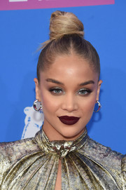 Jasmine Sanders went for a sexy beauty look with a swipe of dark red lipstick.