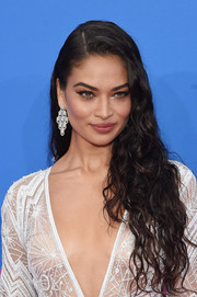 Shanina Shaik wore her hair in wet-look curls at the 2018 MTV VMAs.