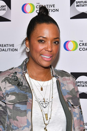 Aisha Tyler sported a tight top knot at the 2018 Spotlight Initiative Awards Gala.