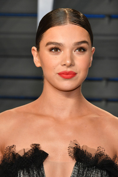 Hailee Steinfeld wore her hair in a slick center-parted bun at the 2018 Vanity Fair Oscar party.