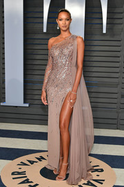 Lais Ribeiro opted for simple styling with a pair of nude slim-strap sandals by Stuart Weitzman.