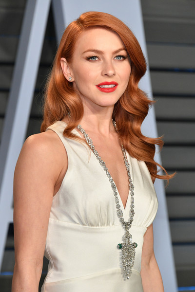Julianne Hough elevated her simple white dress with a stunning diamond chandelier necklace by Lorraine Schwartz for the 2018 Vanity Fair Oscar party.