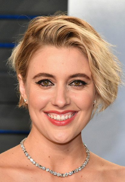 Greta Gerwig wore her hair in a tousled bob at the 2018 Vanity Fair Oscar party.