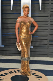 Mary J. Blige shone so glamorously in a gold Vera Wang paillette gown with a white tulle off-the-shoulder overlay at the 2018 Vanity Fair Oscar party.