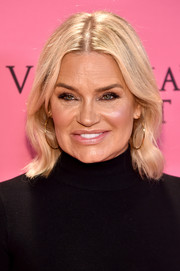 Yolanda Hadid sported a gently wavy hairstyle at the 2018 Victoria's Secret fashion show.