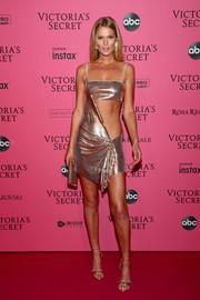 Toni Garrn continued the shine with a pair of gold Giuseppe Zanotti sandals.