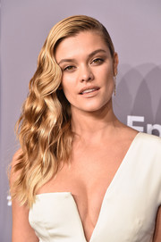Nina Agdal channeled Old Hollywood with these side-swept waves at the 2018 amfAR Gala New York.