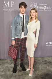 Nicola Peltz matched her dress with a pair of white pumps, also by Tom Ford.