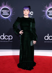 Kelly Osbourne finished off her look with a teal envelope clutch.