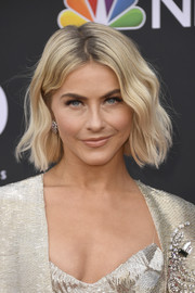 Julianne Hough looked lovely with her short blonde waves at the 2019 Billboard Music Awards.
