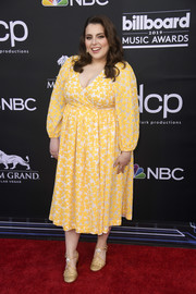 Beanie Feldstein finished off her outfit with a pair of gold T-strap pumps.