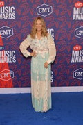 Sheryl Crow paired her top with a matching maxi skirt.