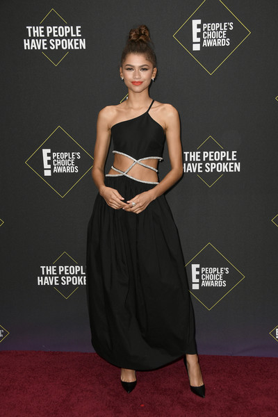 Zendaya Coleman was sexy-glam in a black one-shoulder gown with a midriff cutout at the 2019 E! People's Choice Awards.
