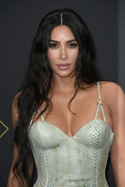 Kim Kardashian wore ultra-long wavy tresses at the 2019 E! People's Choice Awards.