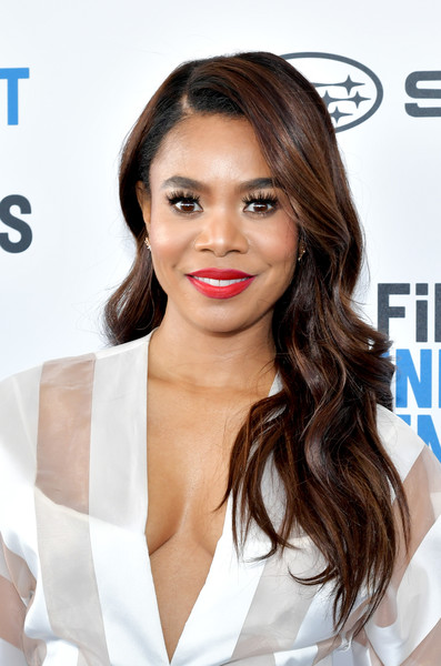 Regina Hall glammed up with this long wavy hairstyle for the 2019 Film Independent Spirit Awards.