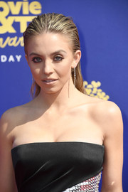 Sydney Sweeney accessorized with a pair of dangling diamond earrings at the 2019 MTV Movie and TV Awards.