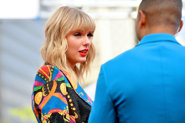More Pics of Taylor Swift Glitter Nail Polish (8 of 17) - Nails Lookbook - StyleBistro [red carpet,hair,blond,hairstyle,fashion,shoulder,electric blue,interaction,fun,photography,long hair,mtv video music awards,prudential center,newark,new jersey,taylor swift]