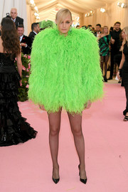 Amber Valletta rocked a neon-green feather coat by Saint Laurent at the 2019 Met Gala.