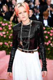 Kristen Stewart sealed off her look with layers of chainlink necklaces.